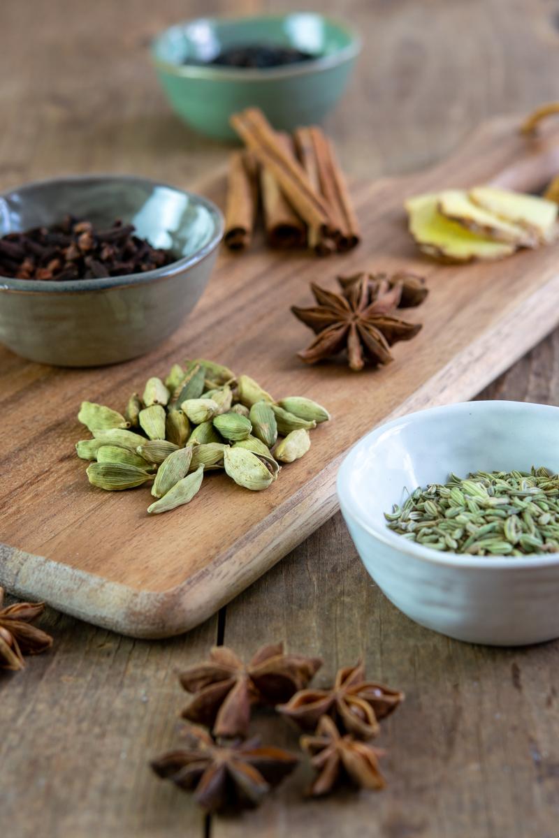 épices de chai pour faire des lattes de thé chai maison