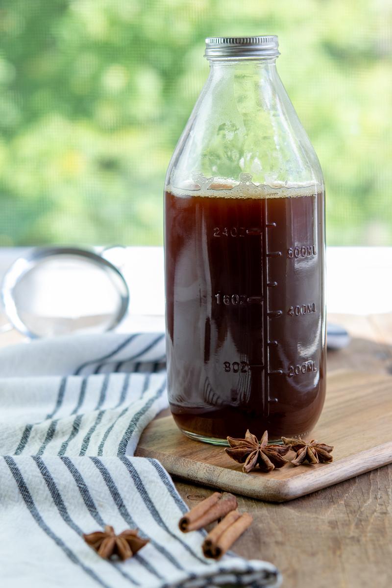 bouteille de concentré de chai, anis étoilé et bâtons de cannelle